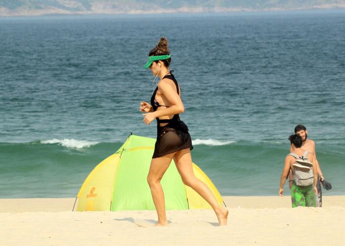 De biquíni, Fernanda Lima se exercita na praia do Leblon