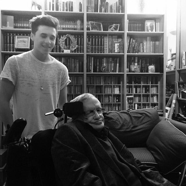 Filho de David Beckham conhece o cientista Stephen Hawking
