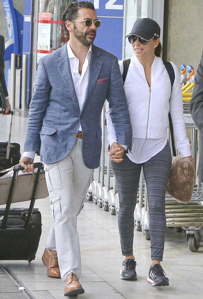 Eva Longoria dá beijão no namorado em aeroporto de Paris