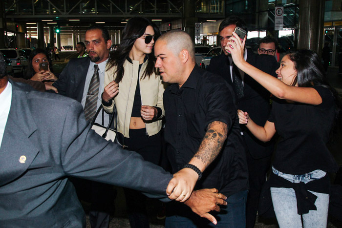 Kendall Jenner causa tumulto em aeroporto no Brasil