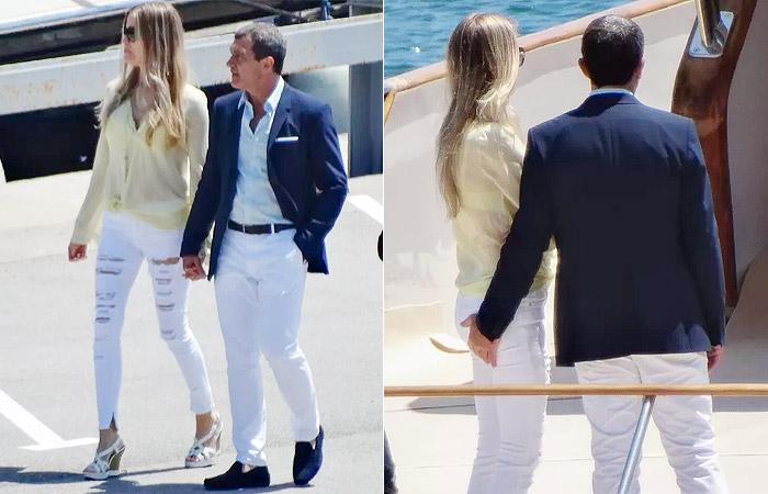 Antonio Banderas coloca 'mão boba' no bumbum da namorada