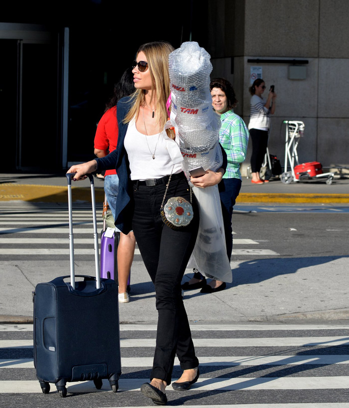 Grazi Massafera chega ao Rio de Janeiro com embrulho