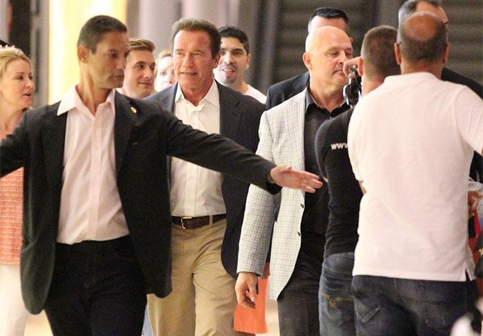 Arnold Schwarzenegger é cercado por fãs em shopping carioca - Foto: AgNews