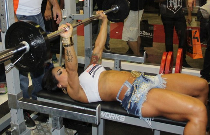 Fabi Frota e Fani Pacheco posam juntas em feira fitness