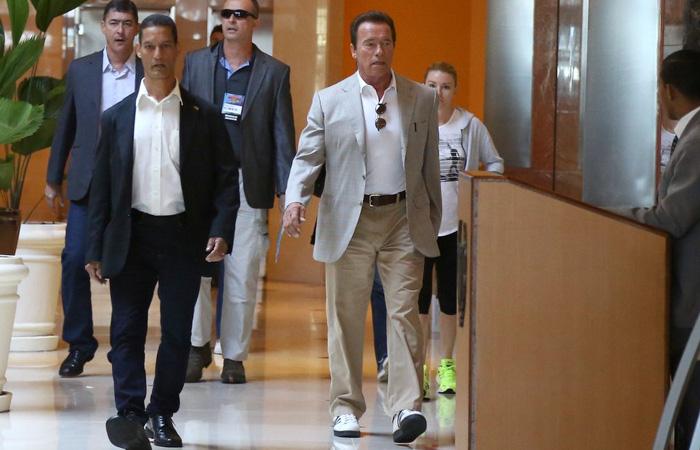 Arnold Schwarzenegger toma café antes de feira fitness no Rio