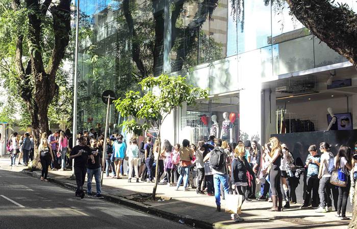 Fãs se aglomeram para ver Sophia Abrahão em São Paulo