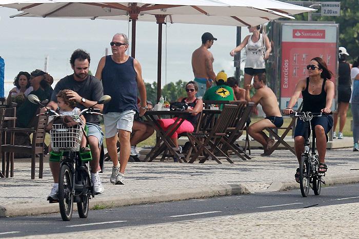Cássia Linhares aproveita tarde na Barra com a família