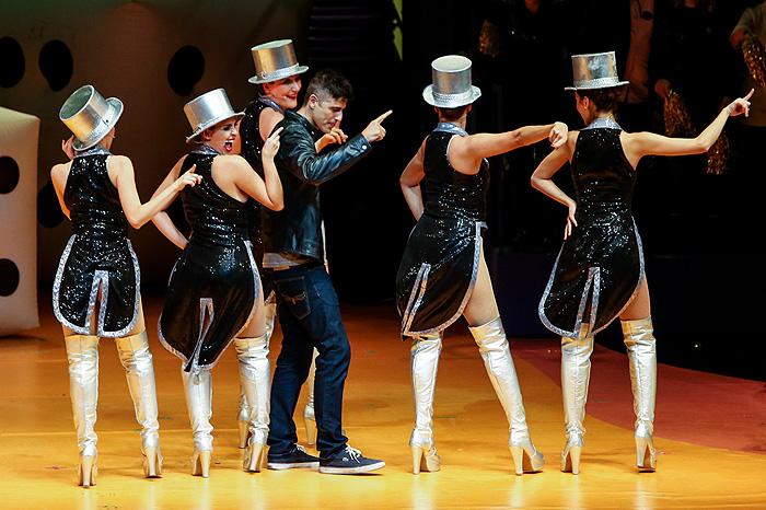 Reynaldo Gianecchini dança com as Chacretes em musical