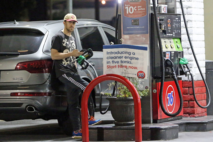 Ryan Gosling abastece seu carrão na noite de Los Angeles