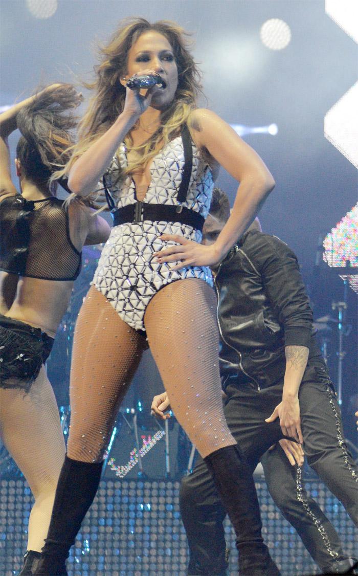 Jennifer Lopez ousa em visual durante show no Marrocos