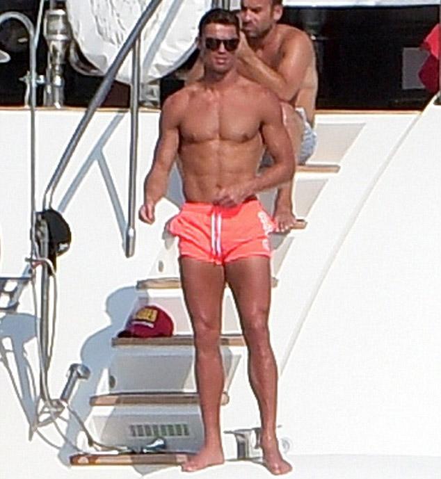 Cristiano Ronaldo mostra sua ótima forma em St. Tropez