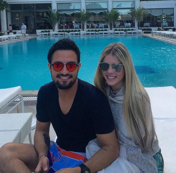 Bárbara Evans comemora um mês de namoro em hotel de luxo
