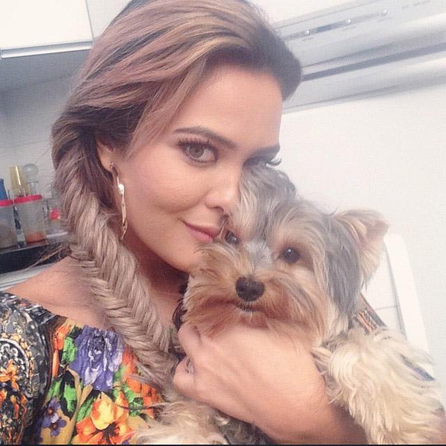 Geisy Arruda leva o cachorro para trabalhar com ela