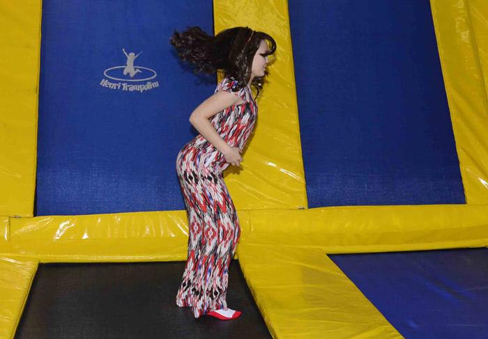 Toda alegre, Larissa Manoela testa brinquedo em feira