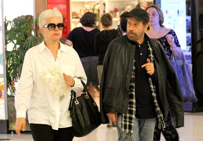 João Bosco vai às compras em shopping no Rio