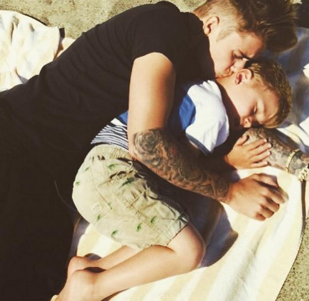 Justin Bieber mostra momento pra lá de fofo com irmãozinho