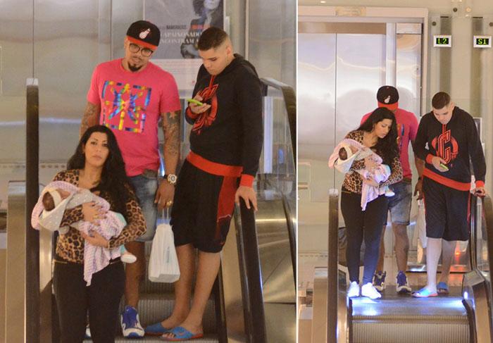 Naldo paparica a filha durante passeio no shopping