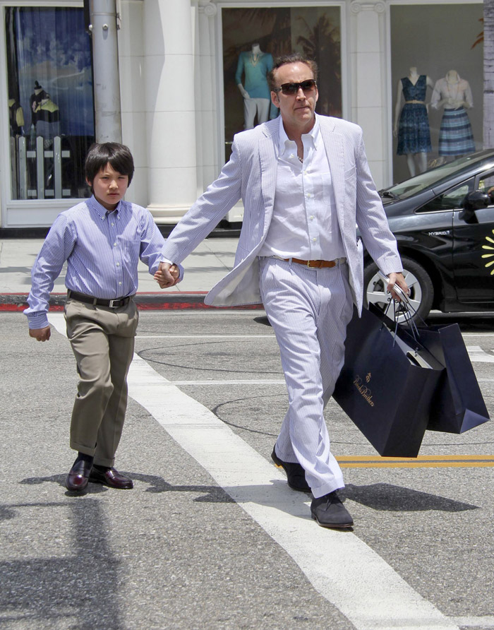 Nicolas Cage e filho esbanjam elegância em passeio