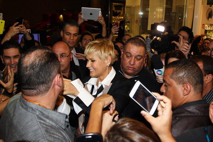 Xuxa causa alvoroço na saída de shopping, em São Paulo