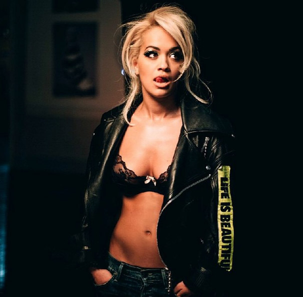 Ulala! Rita Ora posa de sutiã nos bastidores de clipe