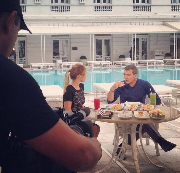 Na internet, Eliana mostra entrevista com Antonio Banderas