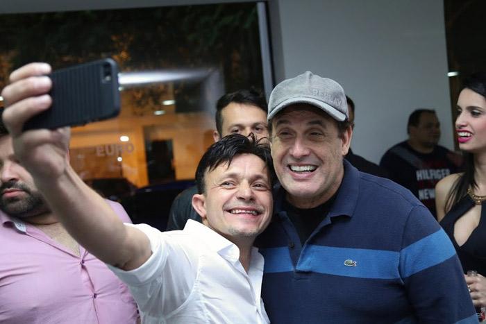Sérgio Mallandro marca presença em loja de carros de luxo