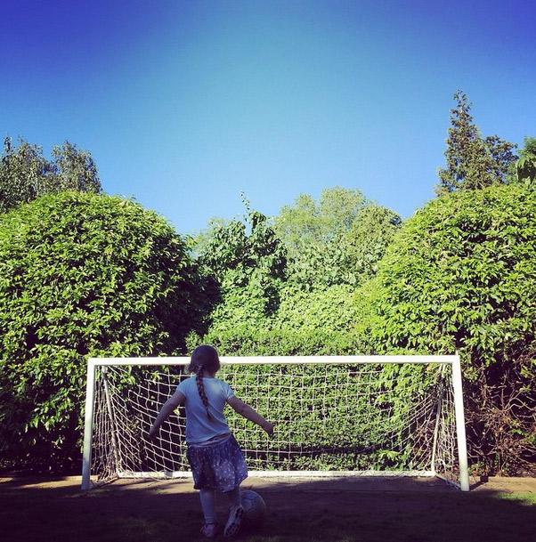 David Beckham posta foto da filha fazendo um gol