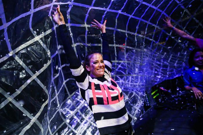 Ticiane Pinheiro é erguida por rede no show Fuerza Bruta