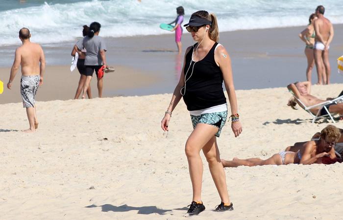 Grávidíssima, Luana Piovani se exercita na orla carioca