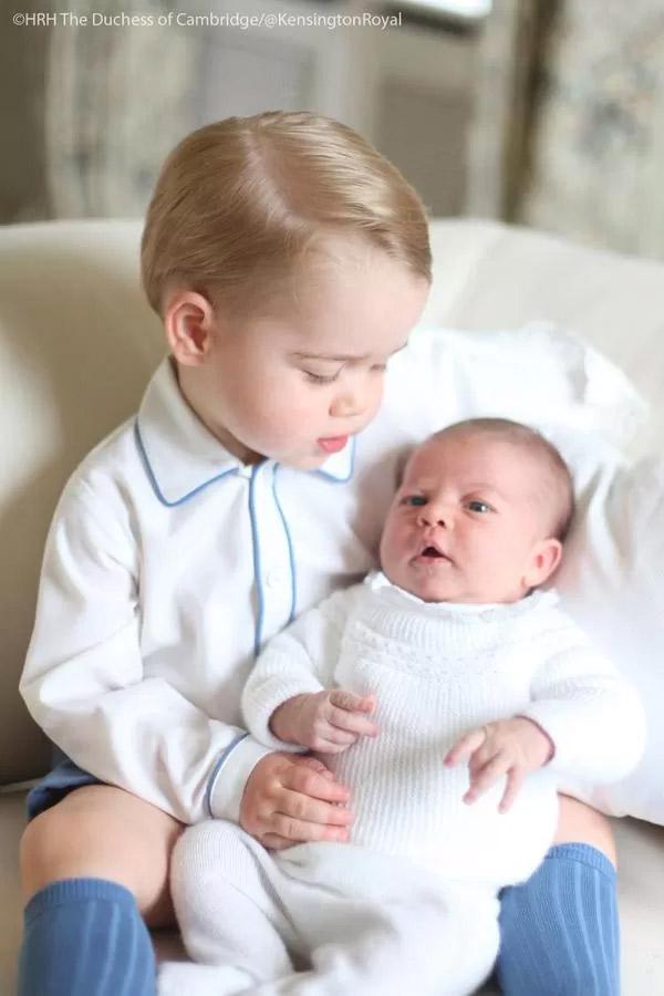 Primeira foto oficial de princesa Charlotte é divulgada