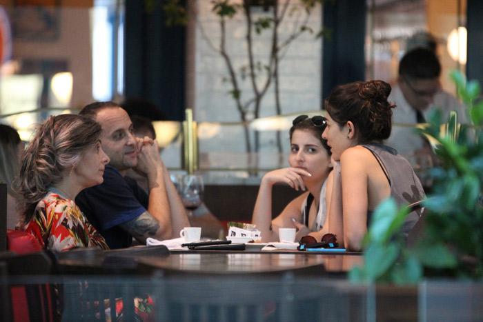 Gisele Itié almoça em família em shopping carioca