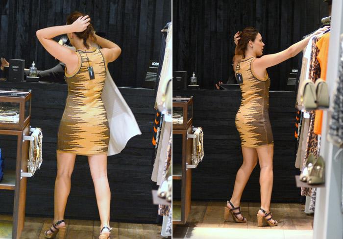 Adriana Birolli experimenta vestidos e curte dia de compras