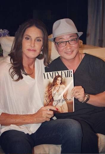 Caitlyn Jenner autografa revista para seu cirurgião