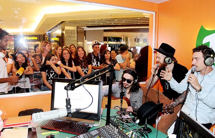 NX Zero aproveita rádio paulista para lançar single.