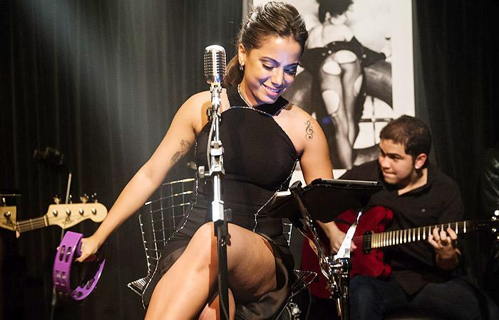 Anitta abusa de fenda para show romântico em São Paulo
