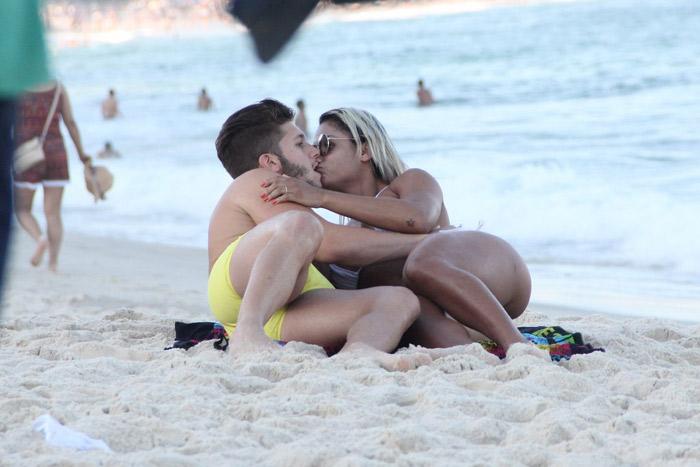 Gabriel Mandergan esquenta as areias de Copacabana com loira