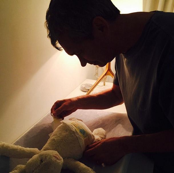 Serginho Groisman usa ursinho para treinar troca de fraldas