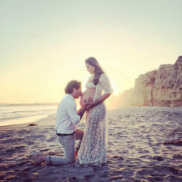 Marido dá beijo na barriga e se declara à Fernanda Machado