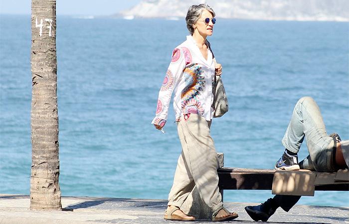Cássia Kis Magro esbanja estilo em passeio com os filhos