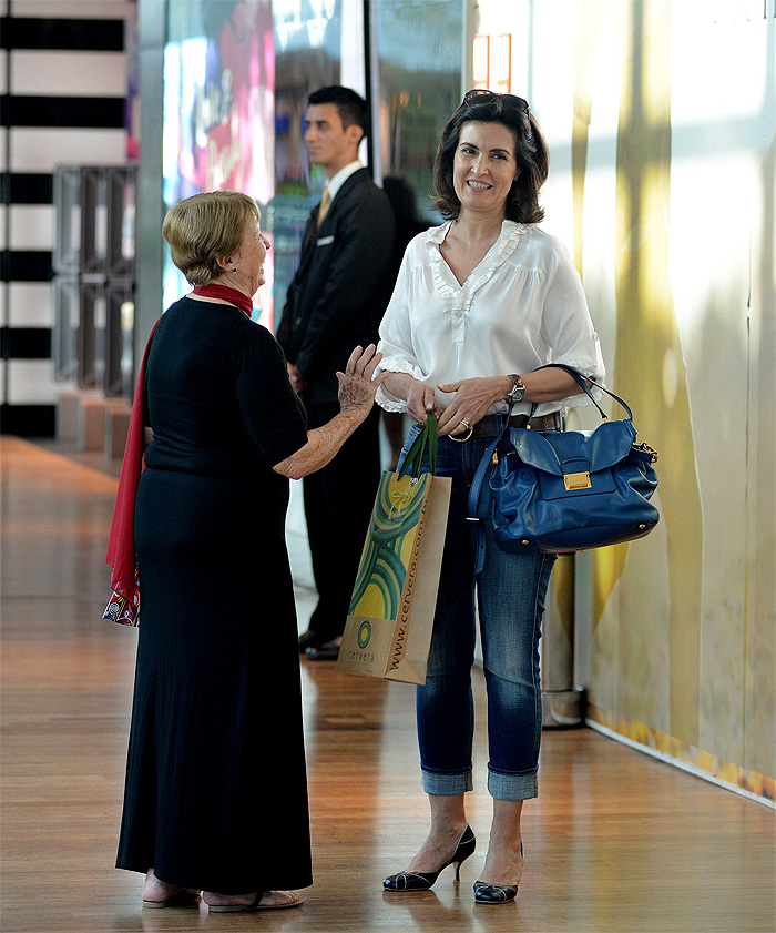 Fátima Bernardes usa look básico para bater perna em shopping