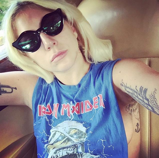 Lady Gaga capricha no look para aparecer em selfie