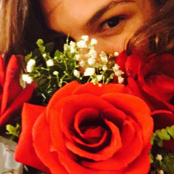 Ísis Valverde esbanja felicidade com rosas vermelhas