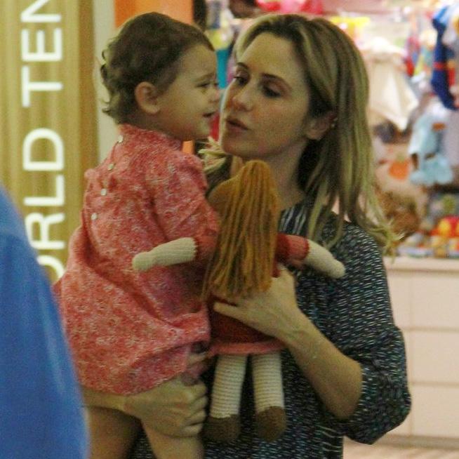 Guilhermina Guinle paparica a filha em passeio por shopping