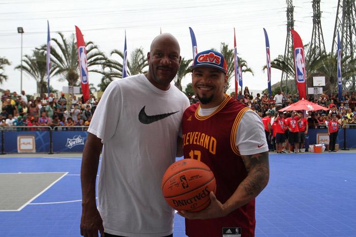 Naldo Benny joga basquete com atleta da NBA