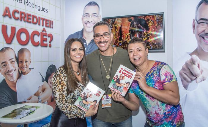Viviane Araújo e mais famosos prestigiam stand na Carnavália