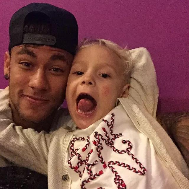 Neymar baba pelo filho: 'Minha vida'