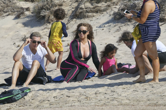 Mariah Carey abusa do decote em praia na Itália