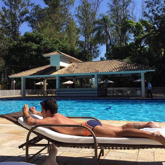 Thammy Miranda toma sol sem camisa e curte piscina