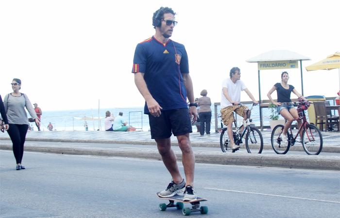 Flávio Canto circula de skate pela orla carioca