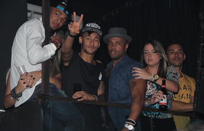 Neymar curte show de Anitta com amigos no Rio